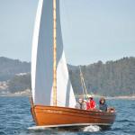"""""""Construída por Ramón Blanco Nieto """"Monchito"""" en Cabodeiro (Illa de Arousa) no ano 2005, a Bicoca é unha dorna polbeira. A Bicoca foi botada ao mar no 2006 pero a súa arribada á asociación tivo lugar un ano antes. A historia é ben simple: durante a celebración do VII Encontro de Embarcacións Tradicionais de Galicia, en Cambados, realizouse o sorteo dunha dorna nova. E mira ti que fortuna a nosa, que resultamos ser os propietarios do boleto premiado. Tendo en conta a súa procedencia ninguén dubidou á hora de bautizala co nome de Bicoca."""""""